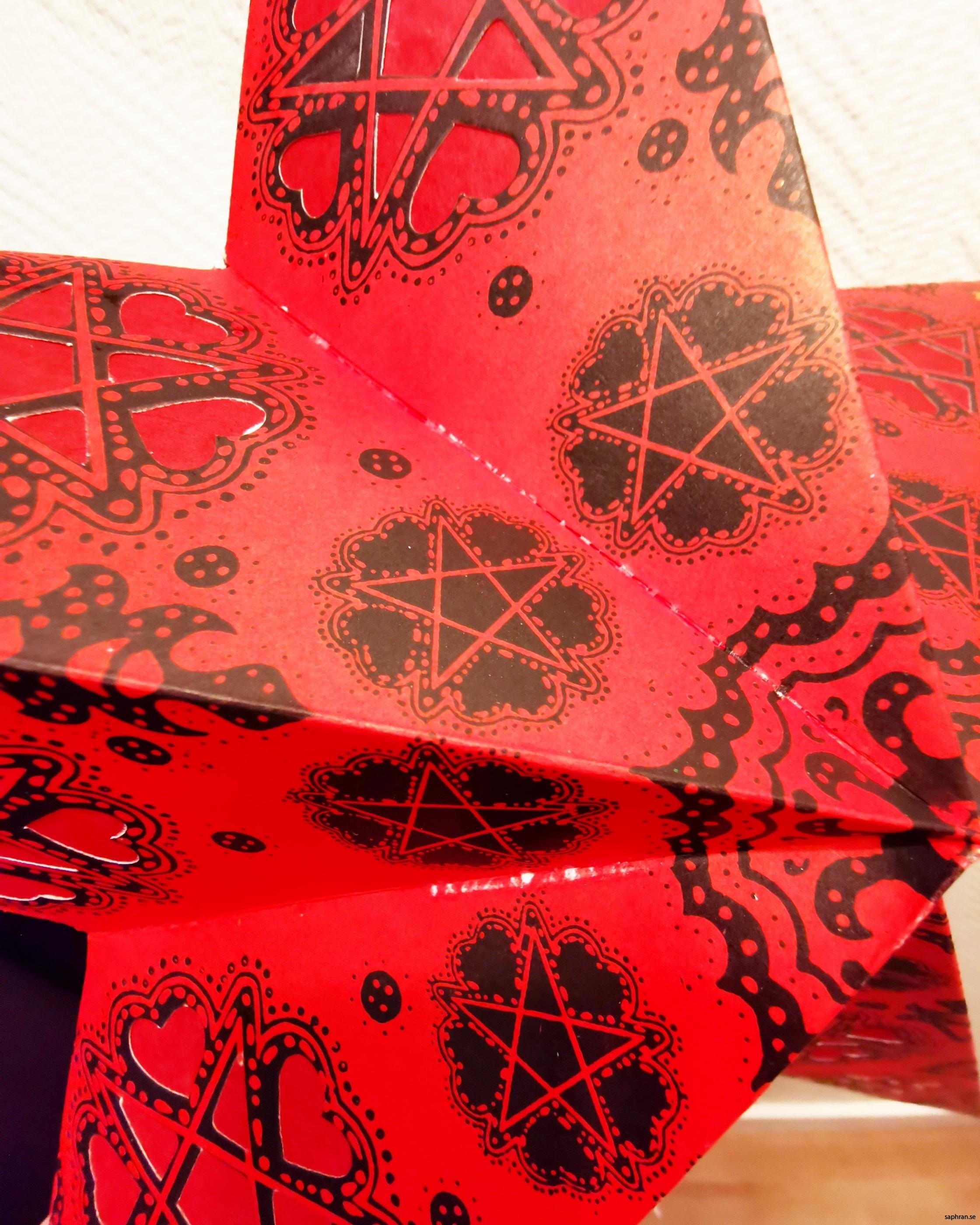 Färgglad Indisk julstjärna/adventsstjärna i rött kitschigt papper
