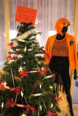 Granen fylld med julklappar till julavslutning 20/12-19