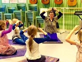 Minanda undervisar i skolan om ljudning för 7 åringar