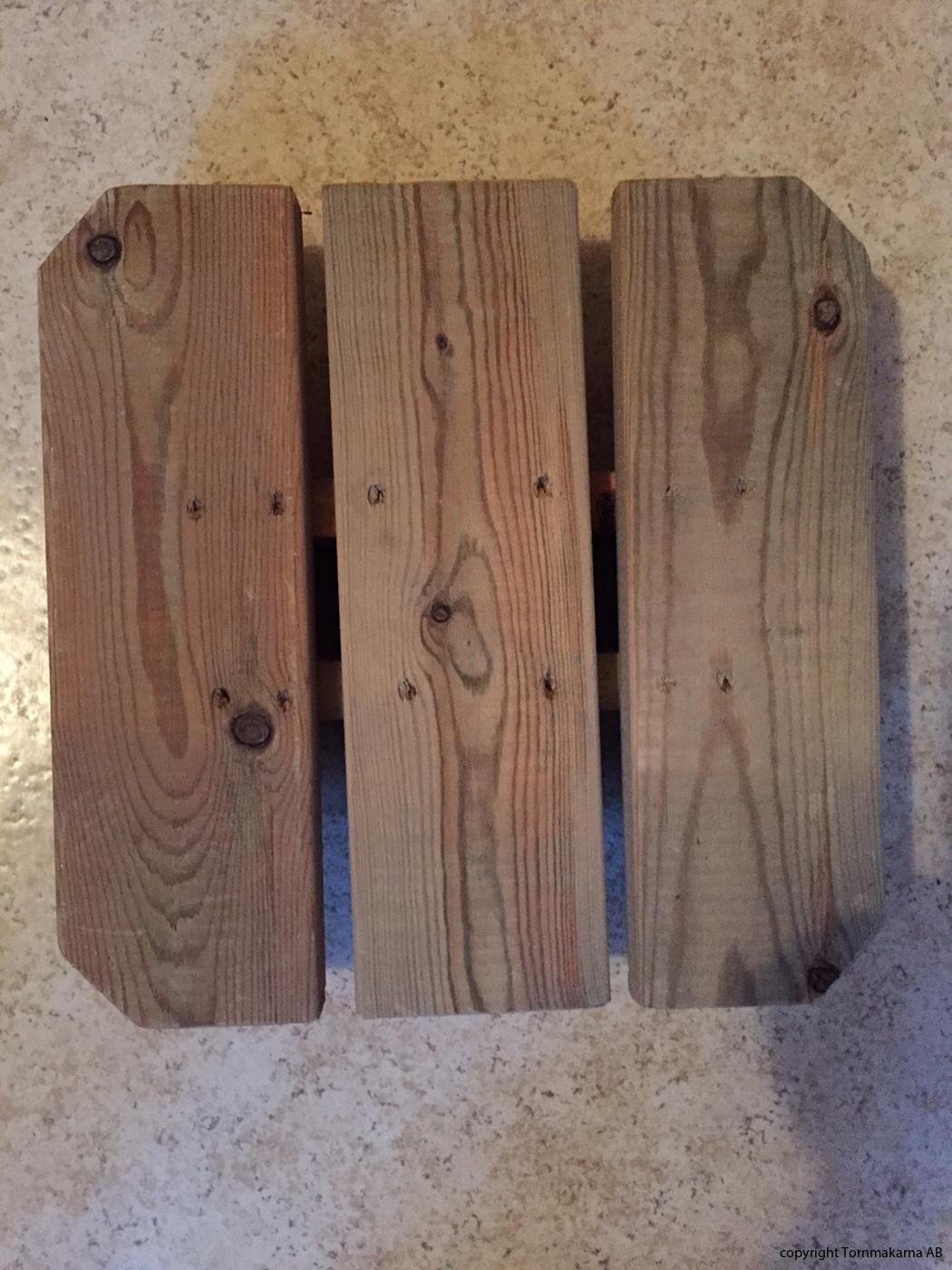 Sittpallen är tillverkad helt i trä