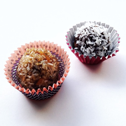 Raw boll med aprikos/lime och chokladboll med kokos.