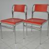 Röda stolar med krom