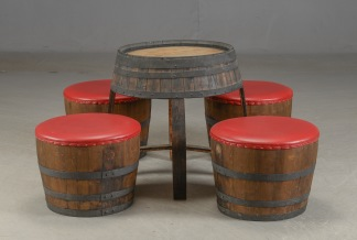 Möbler av vintunnor, pallar & bord