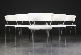 Stolar i vitt skinn med stålben