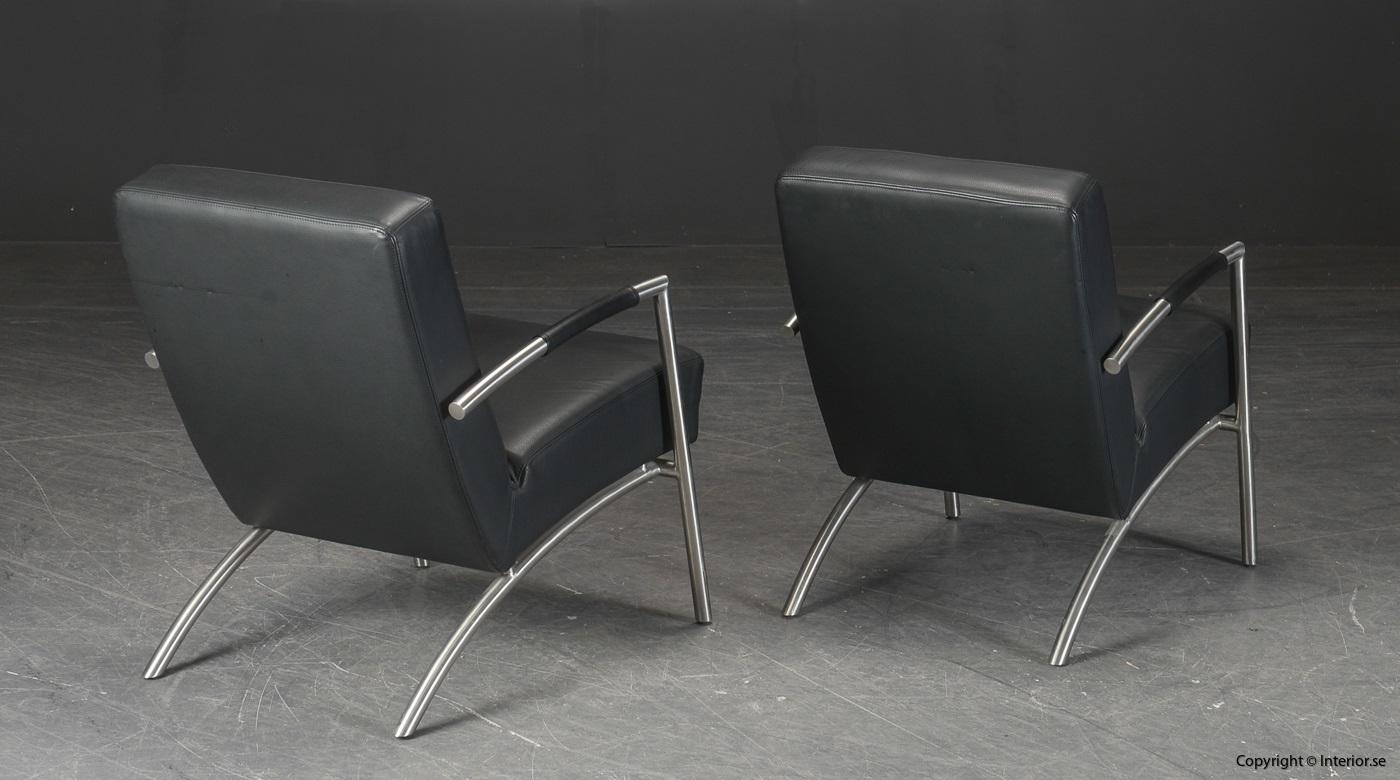Ett par fåtöljer, svart skinn med läderarmstöd 4