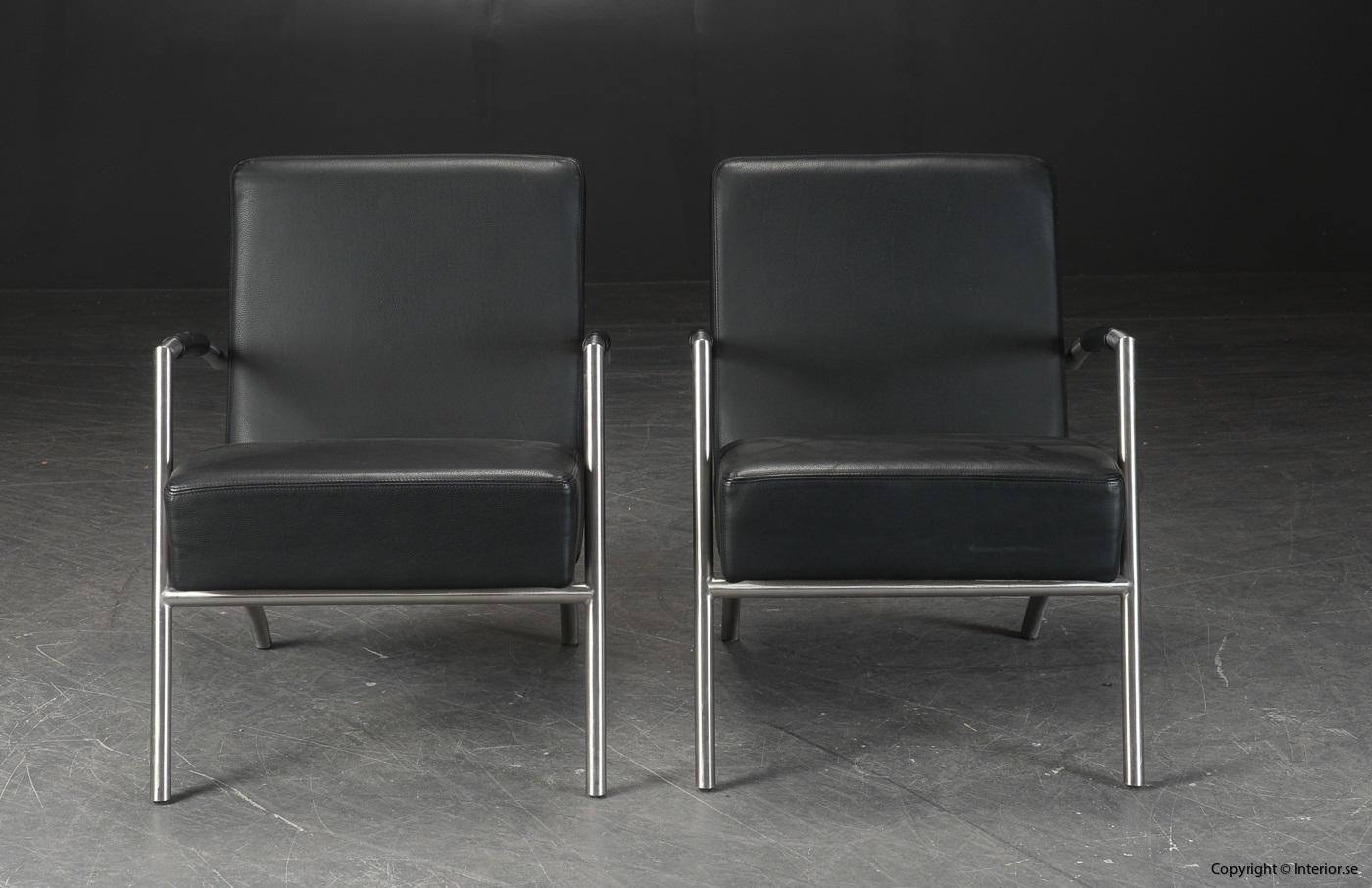 Ett par fåtöljer, svart skinn med läderarmstöd 2