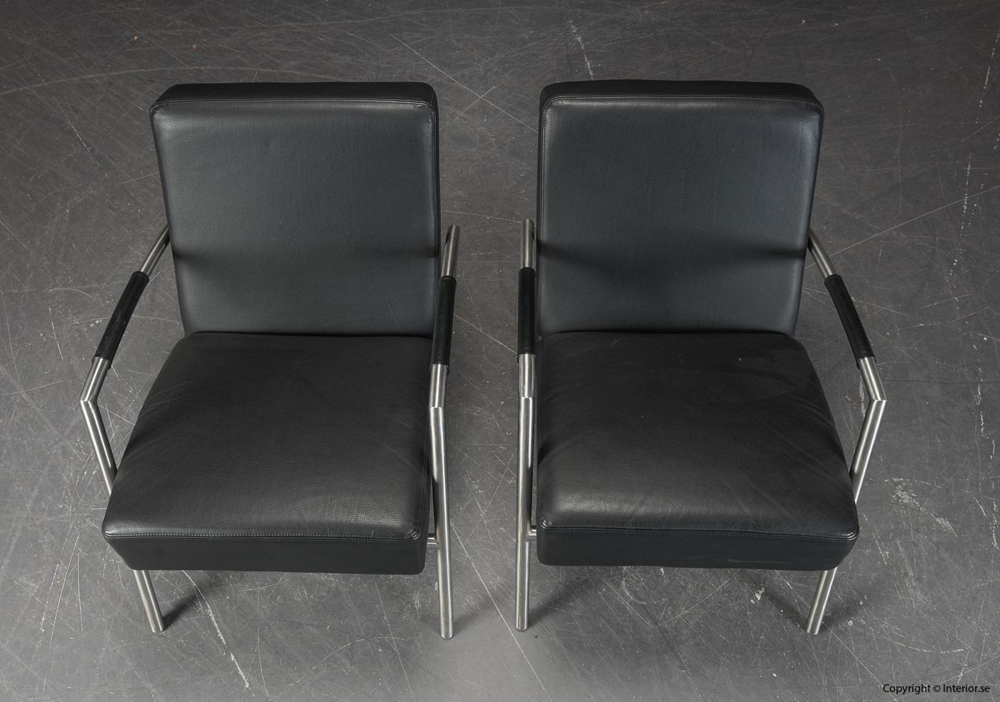 Ett par fåtöljer, svart skinn med läderarmstöd 3