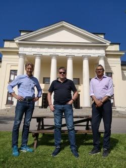 Lars Lindblom, vd Samarkand, Leif Pettersson, kommunalråd Ludvika och Dusyant Patel, vd Radio Innovation  framför Cassels Donation i Grängesberg.