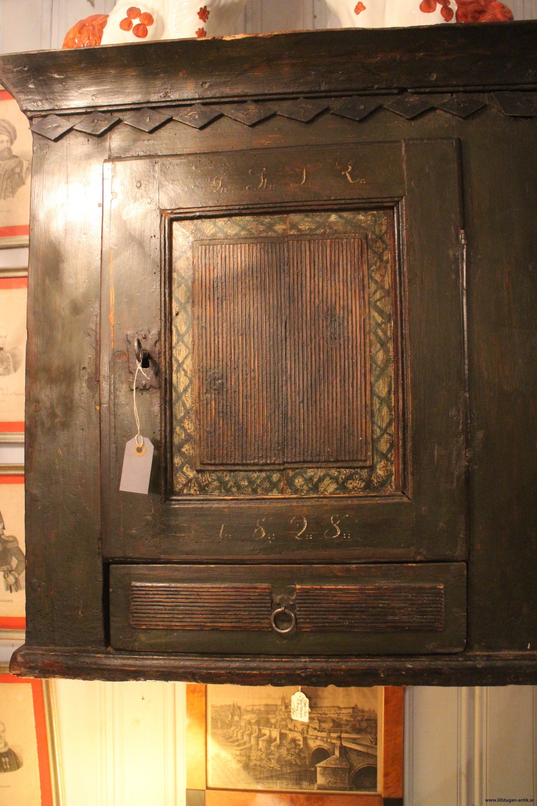 gustaviansk hängskåp