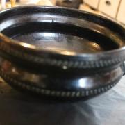 Svartglaserad keramikskål