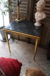Bord med stenskiva