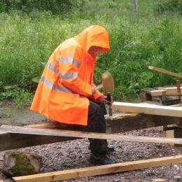 Hällregn stoppar inte en grindbyggare. Sätergläntan