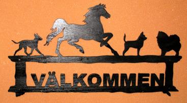 Halländskt hantverk Välkomstskylt i trä efter kunds önskemål Tillverkad i trä Svart målad o lackad ca 45x28 cm