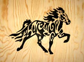 Halländskt hantverk Islandshäst Svart mot natur färgad lackad botten