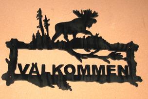 Halländskt hantverk Välkomst skylt i trä Motiv älg Svart målad Lackad ca 28x42 cm