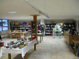 Gårdsbutik med hantverk, träkonst, smycken, drömfångare, specialtillverkade skyltar i trä, metall & plexiglas samt garner.