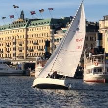 En av våra J/80 seglar med ett kundevent utanför Grand Hotel, Stockholm. Slutet av september 2018