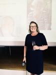 Skål säger den kvinnliga deckarförfattaren C T Karlsson för sin debutbok Falkenbergsmorden Bittert svek