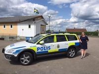 Polisbil på besök under releasefest för Falkenbergsmorden Bittert svek