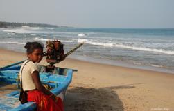Flicka, som hellre skulle göra något annat än försöka sälja armband. Indien