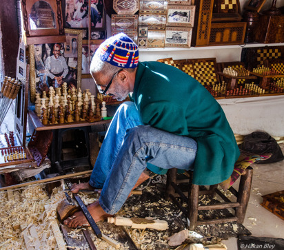 Den här mannen svarvade schackpjäser och använde en fot som en tredje arm