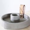 Ljusstake Raw concrete med läder - Liten naturläder ca 10,5cm i diameter
