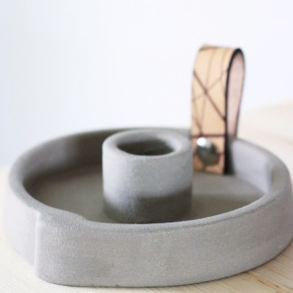 Ljusstake Raw concrete med läder - Stor naturläder ca 13,5cm i diameter