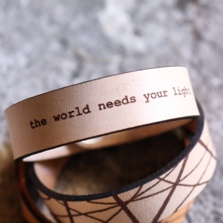 Läderarmband The world needs.. - S dam: ca 17,5cm runt handleden