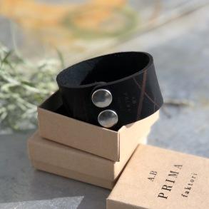 Läderarmband Stripe svart brett - S dam ca 17,5cm mellan knapparna