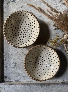 Keramikskål rustik svart prickig -