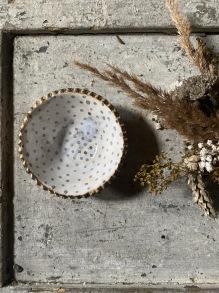 Keramikskål rustik gråblå prickig -