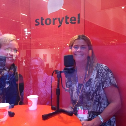 Intervju Storytel. Man satt i en bur och publiken hade hörlurar på sig!