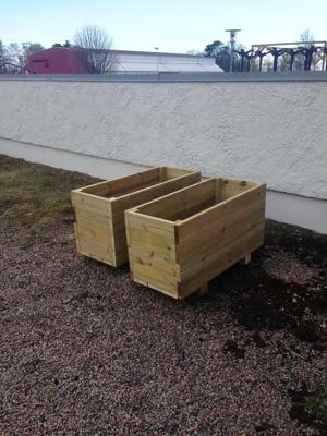 Målning av den rosa/orangea muren har påbörjats och Mats har byggt planteringslådor.