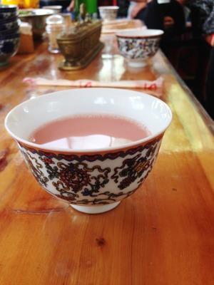 Och här provar jag jakmjölkste på en tibetansk restaurang i Songpan.