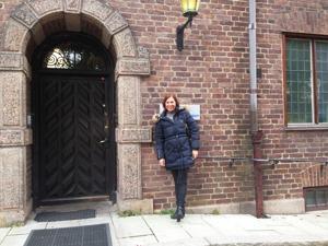 Jag utanför entrén till Ingrid Bergmans hus på Lyckans väg