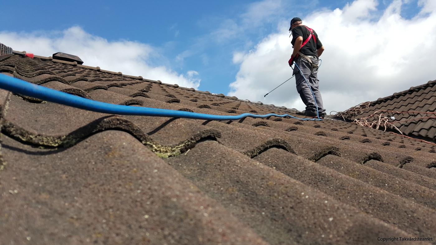 Mossa på taket  Hyr utrustning av oss om du vill göra arbetet själv. 5cd4ce91d0e84