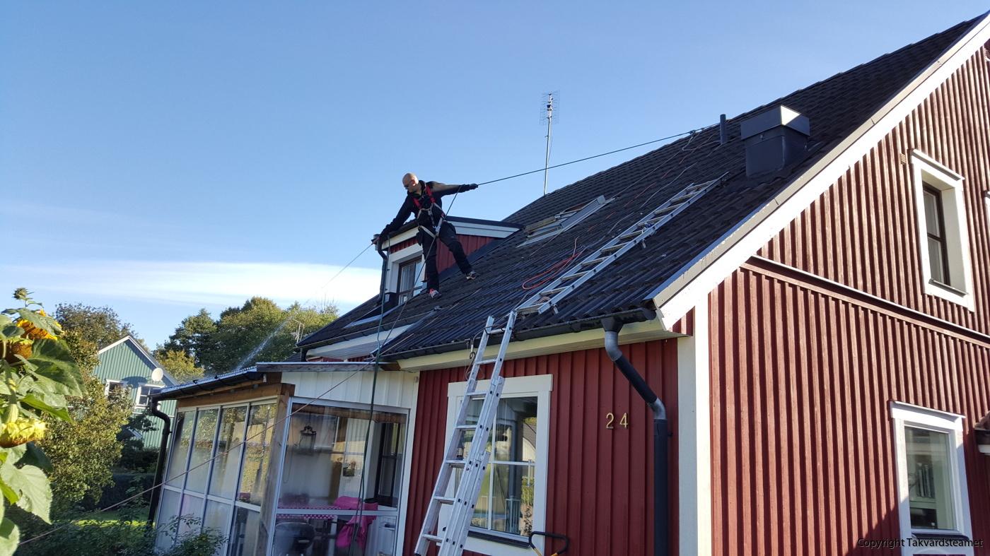 Är ditt tak väldigt brant så kan det vara bra att anlita någon som är van 1656cd904e8f1