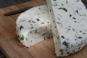 Hemgjord ost kan smaksättas med både timjan och ramslök.