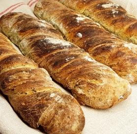 Ramslöksbröd serveras bäst med en klick smör som lyfter fram ramslökens smak i brödet