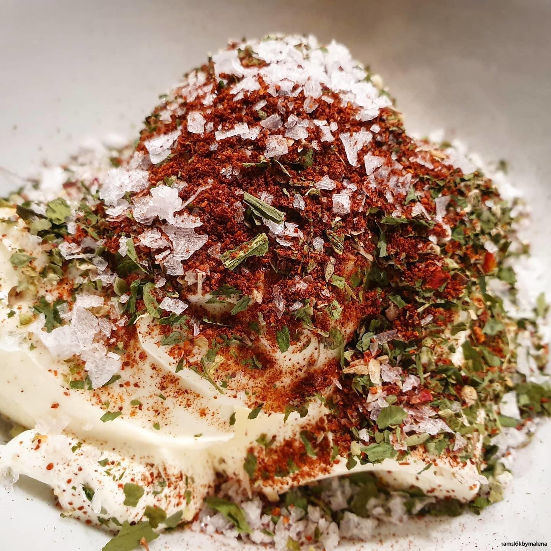 Gör en kall sås till grillat med med Pikant krydda & Ramslök.