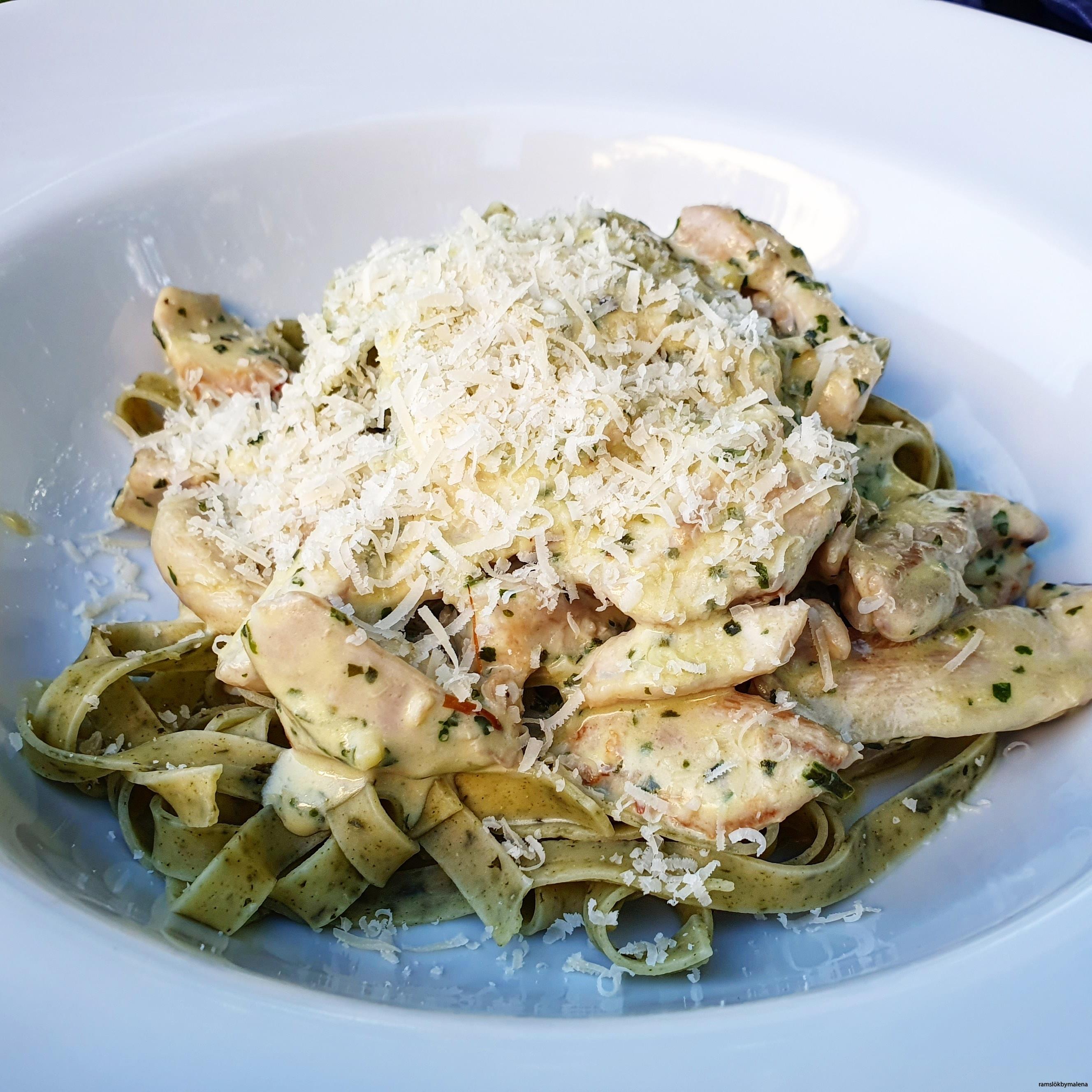 Ramslökspasta med sås på strimlad stekt kycklig, en klick creme fraiche, en slurk grädde, riven parmesan och Pastarikets Pasta Pesto med ramslök.