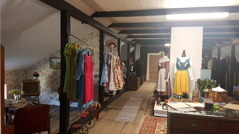 Ovanför Zari hittar ni en nostalgivind med möbler och kläder från förr.