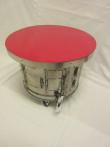 Bord (av toppmatad tvättmaskin) på hjul/ röd bordsskiva 46 cm diam, höjd 37 cm. Pris: 2400 kr