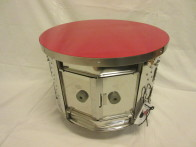 Bord (av toppmatad tvättmaskin) på hjul/ röd bordsskiva 47 cm diam, höjd 36 cm. Pris: 2400 kr