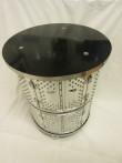 Bord (av toppmatad tvättmaskin) på hjul/ svart bordsskiva 51 cm diam, höjd 63 cm. Pris: 3600 kr