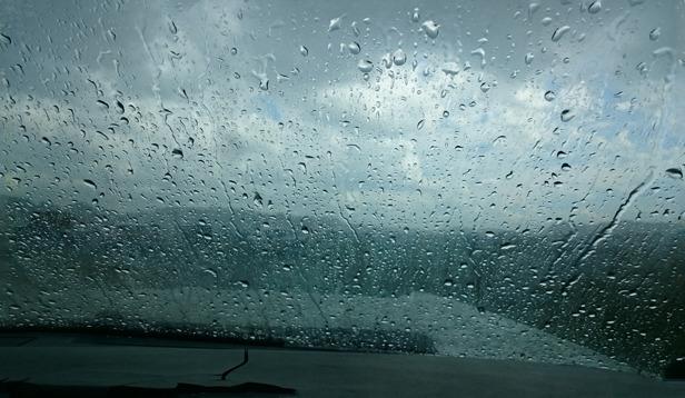 Vi hann ta skydd i bilen innan regnet började. Det här var vår utsikt i ca 1 timme.