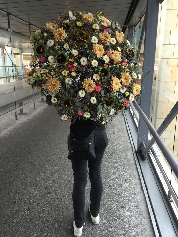 Låt företaget synas med hjälp av blommor, här är ett blomstrande paraply. En floristiskt drömregn.
