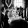 Bröllopsmiddag med ett brudslöjshjärta bakom brud och brudgum.