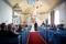 Vigselakt med vackra sensommarblommor i kyrkbänkarna, på altaret, i fönstrena.