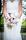 Närbild på bruden och den handbundna brudbuketten i lila,rosa, vita toner